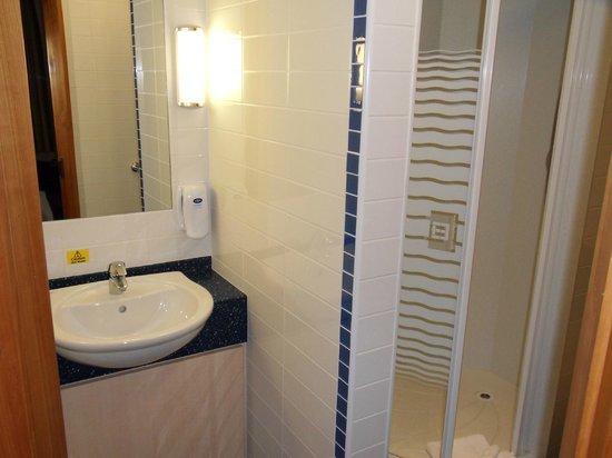 Premier Inn London City (Tower Hill) Hotel: Bathroom 423
