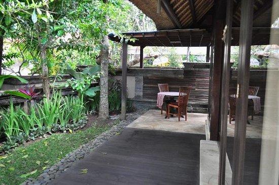 The Ubud Village Resort & Spa: breakfast nook in villa