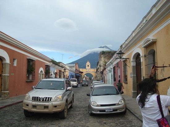 Hotel Museo Spa Casa Santo Domingo: Vista de los volcanes desde la calle del Mercado Artesanal