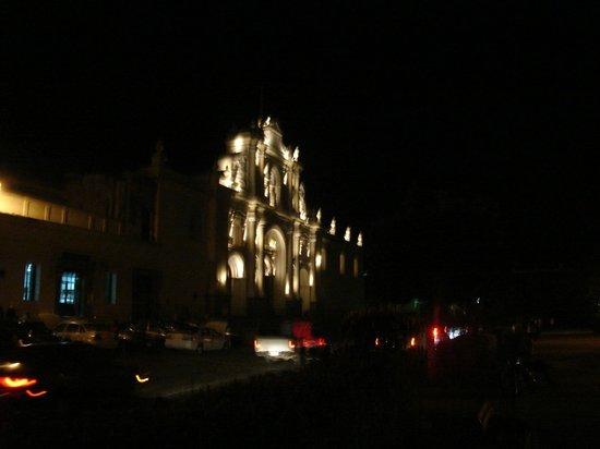 Hotel Museo Spa Casa Santo Domingo: La misma iglesia, de noche