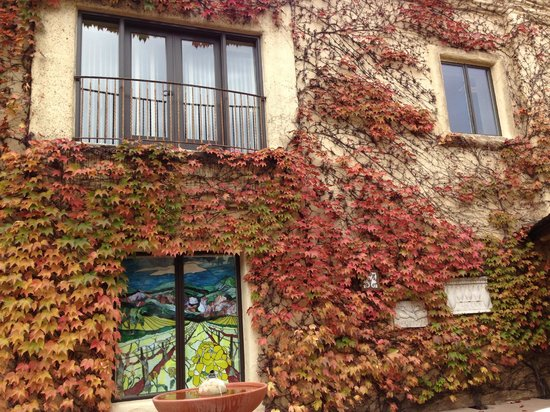 Robert Mondavi Winery: exterior courtyard