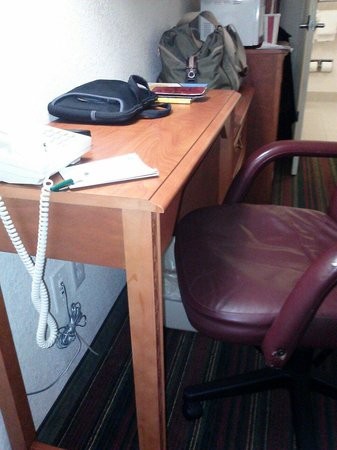 Quality Inn & Suites Biltmore East: Tiny desk w/low chair