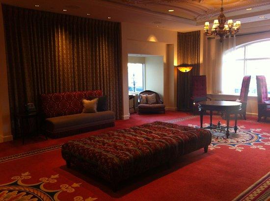 Hotel Commonwealth: Лобби с претензией на шик