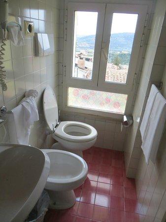 Hotel Eden: Salle de bain et jolie vue