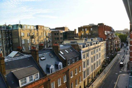 The Bloomsbury: 窓からの景色(注:椅子に立って身を乗り出さないと見えない景色です)