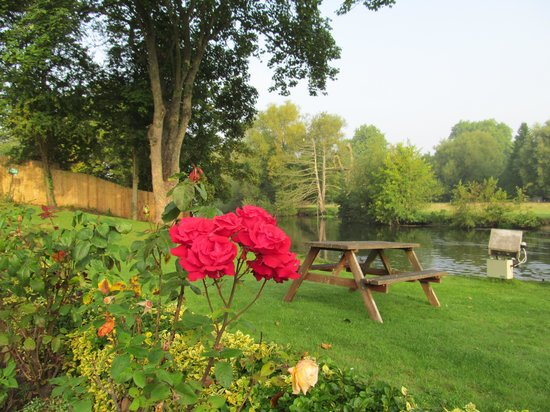 Legacy Rose & Crown Hotel: Garden and Avon River