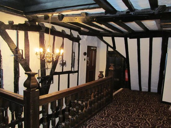 Legacy Rose & Crown Hotel: Staircase and Hall