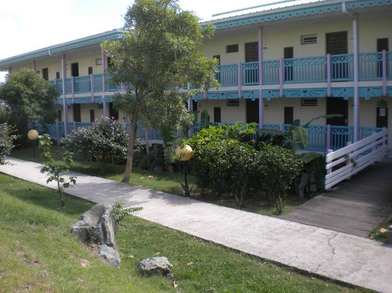 Mount Vernon Beach Resort: Several buildings in the complex; exterior is faded but the rooms are well maintained