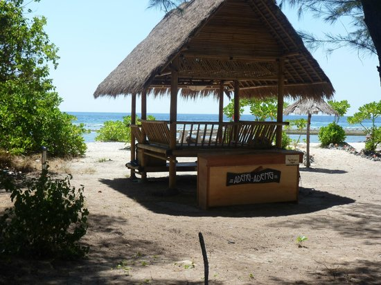 Adeng-Adeng Bungalows : Adeng Adeng chill out area on the beach