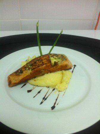 La Batea Restaurante: Filete de Salmon al Grill con Pure de Papas