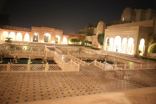 The Oberoi Amarvilas: Evening view of the pool area