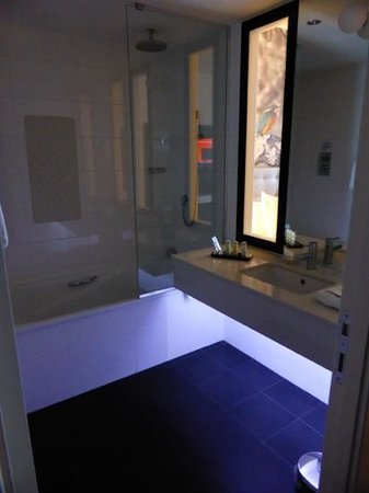 Radisson Blu Hotel, East Midlands Airport: you can watch the tv while sat in the bath - excellent !