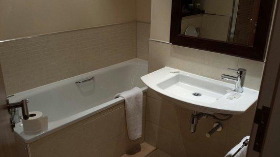 Hilton Garden Inn Aberdeen City Centre: Seperate bath