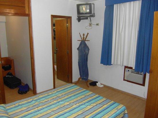 Carillon Plaza Hotel: TV e porta do banheiro
