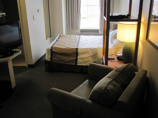 Extended Stay America - Kansas City - Overland Park - Metcalf: Queen Suite (note tight sqeeze between foot of bed & wall)