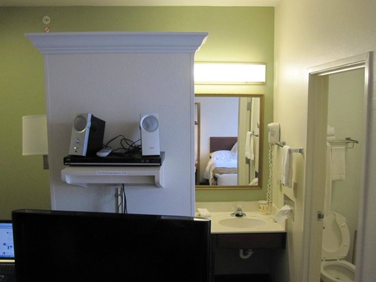 Extended Stay America - Kansas City - Overland Park - Metcalf: Queen Suite (Room 206)... the bookshelf speakers are mine.