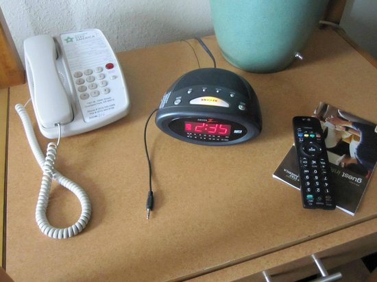 Extended Stay America - Kansas City - Overland Park - Metcalf: Zenith clock radio (Z1200B) has an ipod/mp3 cable