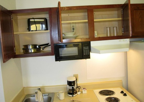 Extended Stay America - Kansas City - Overland Park - Metcalf: Very few dishes & utensils, these overhead cabinets stuck ... quite difficult to open