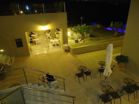 Rimondi Grand Resort & Spa: Mogelijkheid om binnen, buiten en half overdekt te eten.