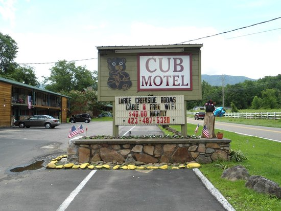 The Cub Motel: Front sign