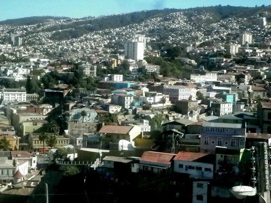 Hostal Odeón: Vista de la Habitación Araucaría hacia las colinas de Valparaíso