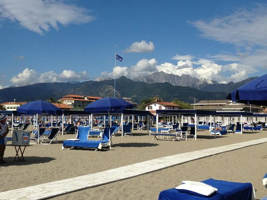 Bagno angelo with mountain backdrop picture of bagno - Bagno alcione forte dei marmi ...