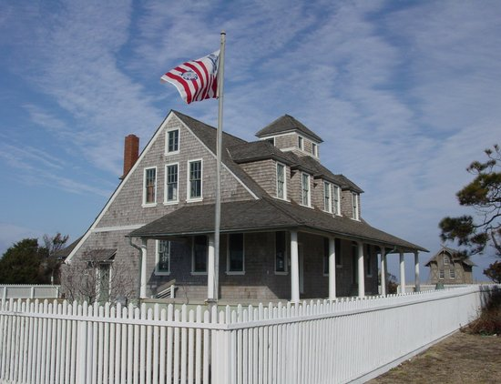 Rodanthe, Carolina del Norte: Restored 1911 Chicamacomico Life-Saving Station foreground; original 1874 Station background.
