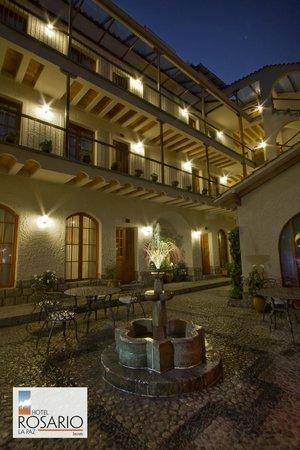 Hotel Rosario La Paz: Patio at night