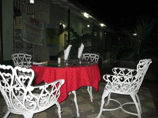 Hostal Antonio y Mary: Abendessen im Innenhof