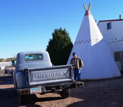 Wigwam Motel: Old truck