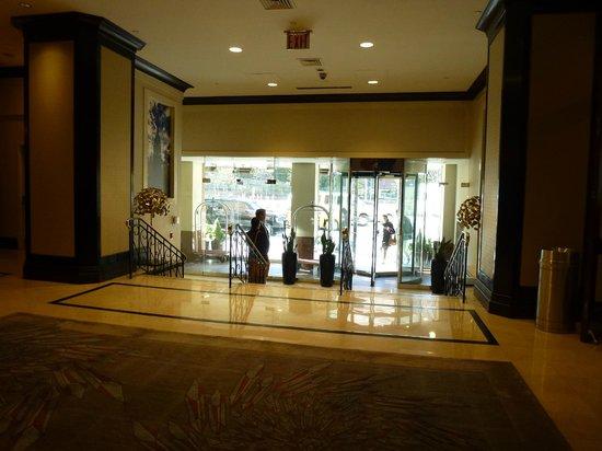 New York Marriott Downtown: Hotel Entrance Doors
