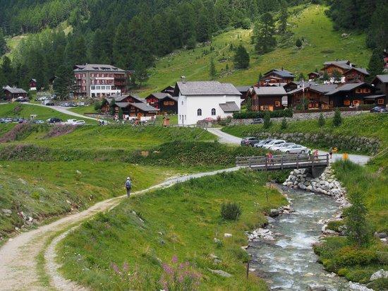 Schwarzhorn Hotel : Approaching Gruben
