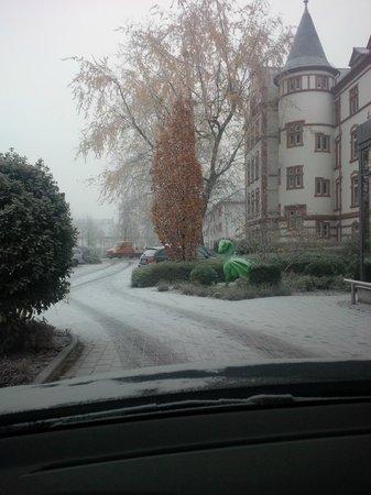 Eazires Parkhotel Prinz Carl: Voorkant hotel, het had een beetje gesneewd