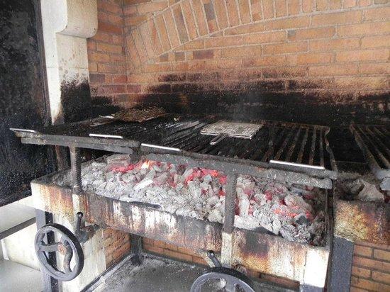 Restaurante Elkano: Parrilla al lado de la entrada