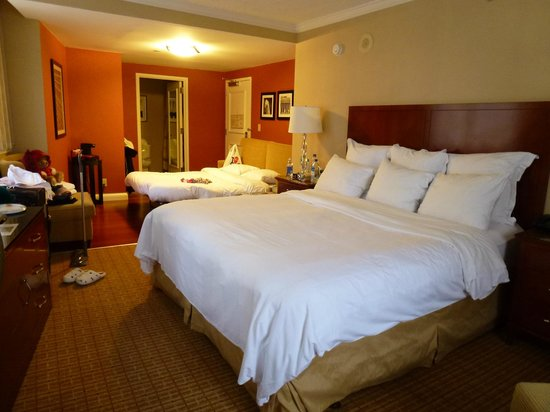 New York Marriott Downtown: Room with King bed and Sofa Put Up
