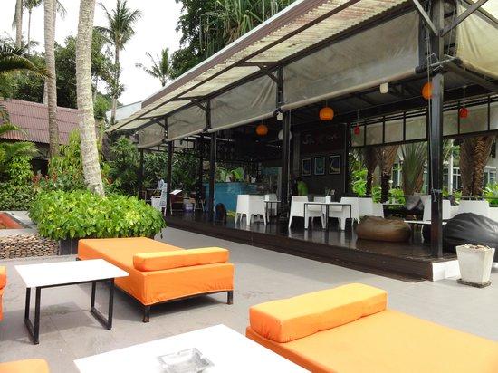 Aonang Paradise Resort: pool and bar area