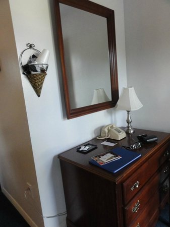 Saco River Lodge & Suites: bureau chambre