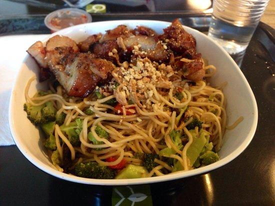 Woko: Wok nouilles Viêt avc petits légumes et poulet satay