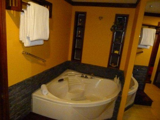 Victoria Hoi An Beach Resort & Spa : Spacious bathroom
