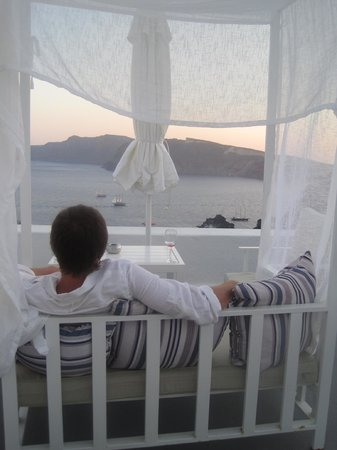 Armeni Village Rooms & Suites : Covered bench on our room's patio with beautiful view of the caldera