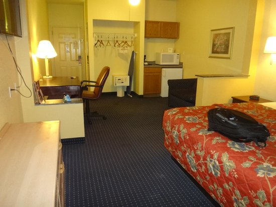 Howard Johnson Inn and Suites Central San Antonio: room big