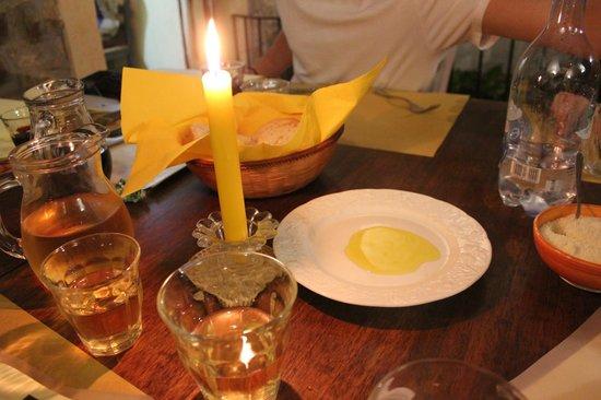Osteria Il Campanellino: ambiance -- amazing oil & balsamic for bread!