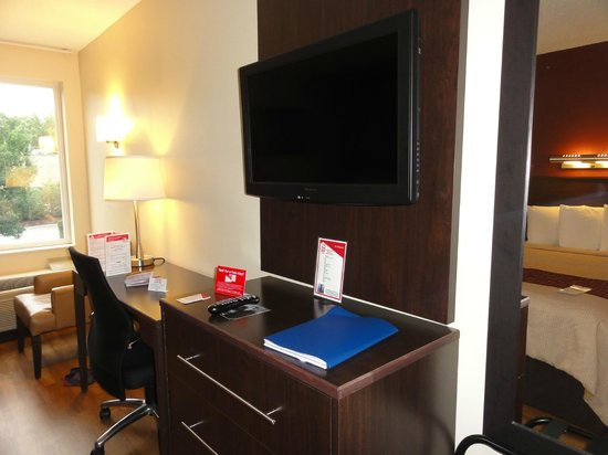 Red Roof PLUS+ Boston - Logan: bureau+ tv  dans la chambre