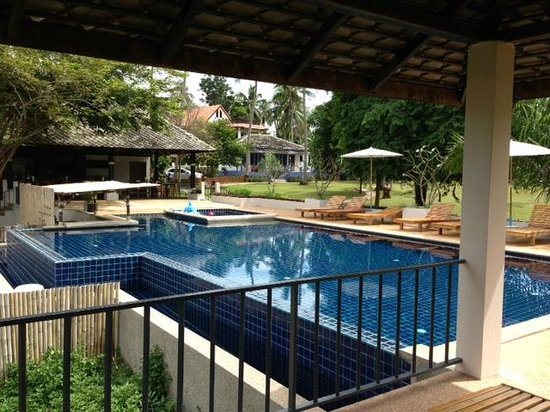 Soontreeya Lanta : View from pool at restaurant and gardens/bungalows