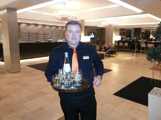 Hotel Sylter Hof: Drinks arriving