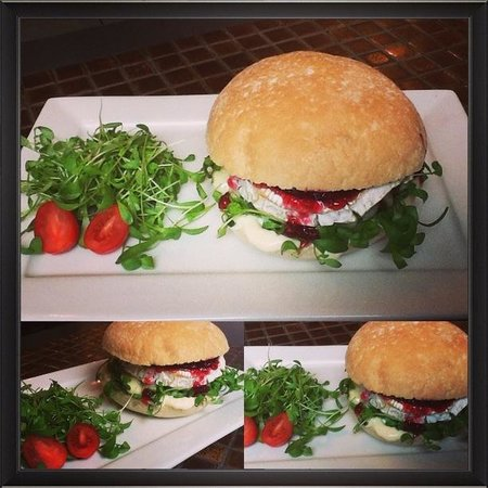 Cucina eat & feed concept: Camembert burger