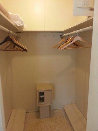 Winterset Hotel: Riesiger begehbarer Schrank mit 2 Safes