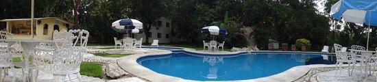 Hotel Nututun Palenque : Nico pool with poolboy and drinks