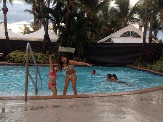 Courtyard by Marriott Isla Verde Beach Resort: Mis niñas disfrutando de la piscina.