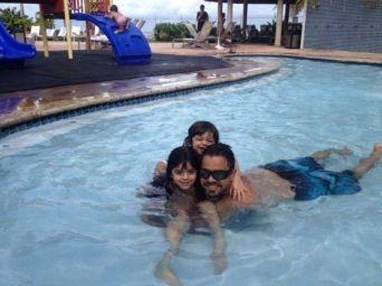 Embassy Suites by Hilton Dorado del Mar Beach Resort: Disfrutando del área de la piscina de niños